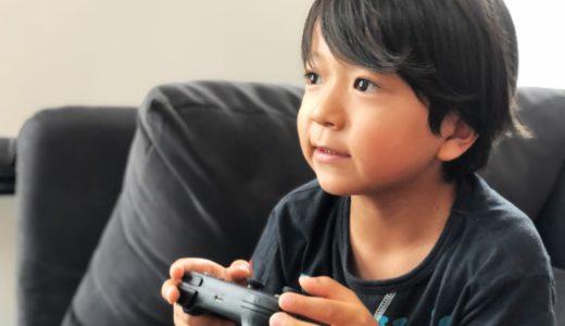 ゲームをする少年